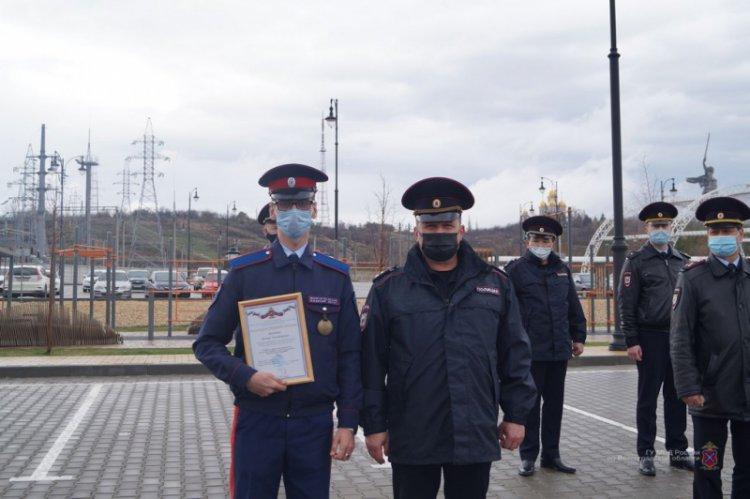 Полицейского и казака наградили за задержание осквернившего Вечный огонь волгоградца